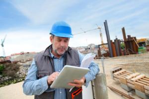 Mitarbeiter auf Baustelle erfasst Zeit